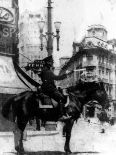 Guarda Civil de trânsito orienta veículos e pedestres na Praça do Patriarca com rua Líbero Badaró em 1932. Ao fundo do lado esquerdo o prédio Saldanha Marinho (atual Secretaria de Segurança Pública).