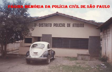 """Prédio do 3º DP do Município de Atibaia (Bairro do Portão), com uma viatura VW Sedan """"Fusca"""", na década de 90. (Acervo da Delegada Silvana Ferreira)."""