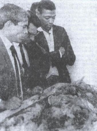 """Flagrante do velório do investigador do Deic, David Romeiro Parré, assassinado pelo facínora """"Saponga"""". Ao lado do corpo do policial, o também investigador da RUDI, Astorige Correa, o """"Correinha"""" (primeiro a esquerda), que em memória ao amigo jurou justiça! (1968)."""