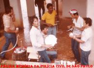 Churrasco de final de ano da 4ª Delegacia da DISCCPAT- DEIC (Kilo), na chácara do jogador de futebol Mário Queiroz Motta Junior, na cidade de Vargem Grande Paulista, em 1.982. À partir da esquerda os Investigadores Paulo Roberto De Queiroz Motta (Hoje Delegado Titular do Jd Casqueiro- DEINTER 6), Ary (pandeiro), Barros (sentado), Branca de Neve; Escrivão Anacleto e Investigador Kazuo. (Acervo do Investigador Osvaldinho Santos).