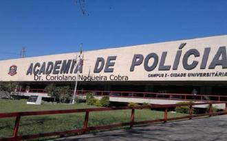 """Uma sugestão: A ACADEPOl com a denominação estampada do nosso grande Mestre Dr. Coriolano Nogueira Cobra. HISTÓRIA Depois de ocupar vários imóveis, sendo o último um casarão na Rua São Joaquim, no bairro da Liberdade, a Escola de Polícia, já com a denominação de Academia de Polícia, por força do Decreto n° 52.213, de 1969, passou a ter por sede o atual prédio, inaugurado em 11 de maio de 1970, tendo sido resultado de convênio celebrado com a Universidade de São Paulo (USP), na gestão do Dr. José César Pestana, cujo auditório principal tem seu nome. Em 1975, pelo Decreto n° 6.919, recebe a denominação ACADEPOL e, em 1983, pelo Decreto n° 20.872, esta escola foi elevada à categoria de departamento de Polícia. Desde 1988, a teor do que dispõe a Lei n° 6.315, a Academia de Polícia denomina-se """"Dr. Coriolano Nogueira Cobra"""", em homenagem a um dos seus mais renomados professores - o precursor do ensino da investigação policial no Brasil. É à Academia de Polícia, desde 1987, que recai o compromisso de guardar o nome dos heróis que foram tombados no cumprimento do dever, em espaço especialmente criado no átrio e denominado """"Galeria de Honra""""."""