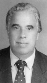 """Delegado de Polícia Paulo José de Azevedo Bonavides (São Paulo, 28/10/1932 ) Paulo José foi advogado e professor universitário. Nasceu em São Paulo, capital, em 28 de outubro de 1932. Era filho de Gervásio Bonavides e Julieta de Azevedo Bonavides. Fez o curso primário no extinto Ginásio Luso-Brasileiro, conceituado estabelecimento educacional que pertenceu ao pai, Gervásio Bonavides. Estudou, mais tarde, no Colégio Santista, (1947), Colégio Tarquínio Silva (1948) e no Colégio Marcai (1949). Matriculou-se, em seguida, no Colégio Estadual """"Canadá"""", onde cursou e concluiu o antigo """"Curso Clássico"""" (19504952). Ingressou na Faculdade Católica de Direito de Santos, escola em que se diplomou em Ciências Jurídicas e Sociais, em 1958, integrando a Segunda Turma de Bacharéis. Colação de Grau ocorrida em 10 de março de 1959. Expedição de Diploma efetuada aos 14 de abril de 1959. Formado, freqüentou o Curso de Doutorado, na Faculdade de Direito da Universidade de São Paulo (Largo de São Francisco). Aluno, naquela ocasião de juristas renomados - Vicente Rao, Joaquim Canuto Mendes de Almeida. Miguel Reali, José Frederico Marques e outros mestres do Direito. Inscreveu-se, em momentos diversos, no Programa de Estudos Pós-Graduados em Direito, no nível de mestrado, na Pontifícia Universidade Católica - P.U.C, -, em São Paulo, no âmbito da Cadeira de Direito Penal (1979). Indicado, oficialmente, pela Secretaria da Segurança Pública, freqüentou e concluiu, com assiduidade plena, o Primeiro Curso, em Santos, promovido pela Escola Superior de Guerra (ADESG). Participou, no decorrer dos estudos superiores e depois de concluí-los, de inúmeros cursos de extensão universitária., promovidos por instituições oficiais e particulares, envolvendo temas literários, jurídicos e de aprimoramento profissional. Exerceu a Advocacia, logo depois de formado, na Comarca de Santos. Em outubro de 1959, ingressou, interinamente, na carreira de Delegado de Polícia. Aprovado em Concurso Público de Provas e Tí"""