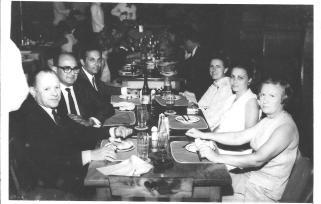 Delegado de Polícia Roberto João Julião acima a esquerda e esposa Dona Helieth, a frente. Delegado Omar Cassim de óculos e esposa Dona Dely e o outro casal em primeiro plano não identificado, em jantar em São Bernardo, no ano de 1.963. Dois grandes Delegados que abrilhantaram os quadros da Polícia Civil paulista.