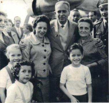 Delegado de Polícia Coriolano Nogueira Cobra chegando de Londres, sendo recebido pela família no Aeroporto de Congonhas, onde estagiou na Scotland Yard, em junho de 1959. A menina a frente do Delegado Cobra é a sua filha Teresa Cobra.