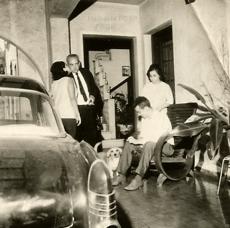 Delegado de Polícia Coriolano Nogueira Cobra, chegando em sua residência sendo recepcionado pela família, após um dia exaustivo nas investigações do espetacular roubo de 500 milhões de cruzeiros contra o Banco Moreira Salles, na Praça do Patriarca, praticado por ladrões de origem grega, no Centro de São Paulo, em 27 de janeiro de 1.965. Foi o primeiro grande roubo na história da Polícia paulista, sendo todos assaltantes presos e dinheiro recuperado. (acervo da filha Teresa Cobra).