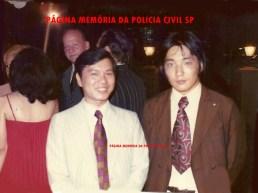 À partir da direita os Delegados Roberto Kawai e Kowk Wai Wa, que foi o primeiro Delegado de Polícia com nacionalidade chinesa, na década de 80. Posteriormente, prestou concurso para a Secretaria da Fazenda, como Fiscal e abandou a carreira policial.