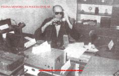 """Agente de Telecomunicações Chico Plaza """"in memorian"""", em 1.989. Mesmo portador de dificiência visual, foi um dos melhores Operadores de Telecomunicações da história da Polícia Civil. Radialista, pedagogo, compositor, poeta e policial civil. Esse é Francisco Plaza, nascido na cidade de Jundiaí, interior paulista, no dia 3 de janeiro de 1943. Já foi animador de circo e locutor de parque de diversões. Cego desde os 12 anos devido ao sarampo, Chico Plaza nasceu de origem humilde, numa família simples de lavradores do interior de São Paulo. Mudou-se para a Capital paulista aos 7 anos, junto com a mãe e mais 3 irmãs em conseqüência da morte do pai. Com a ausência paterna, se tornou o protetor da casa e logo começou a batalhar pela independência financeira. Optou pelo caminho profissional da radioeletrônica o que mais tarde lhe ajudaria a se tornar um dos repórteres policiais mais bem informados do setor. Passou por diversas emissoras de Rádio, entre elas: Rádio Tupi AM de SP, América, Trianon, entre outras. É citado várias vezes pelo jornalista Caco Barcellos no livro Rota 66 - A História da Polícia que Mata. Foi funcionário do SBT - Sistema Brasileiro de Televisão e colaborou com informações policiais produzindo para diversas emissoras de Rádio e Televisão em todo o Brasil. Morou durante muitos anos na zona leste de São Paulo e foi pioneiro num sistema de Rádio via telefone. Manteve durante muito tempo a """"Rádio Seresta"""". Afim de denominar os criminosos, Chico tratava-os como """"cabeças-de-vento"""", um termo muito utilizado pelo saudoso repórter. Com Chico Plaza a """"Polícia sempre falou mais alto""""... Saudades... Faleceu aos 64 anos, no dia 2 de outubro de 2007, vítima de falência múltipla dos órgãos. Diabético, Chico Plaza apresentava também problemas renais. Os bordões do Chico eram impagáveis.. """"Anote aí as placas dele... É um pé-de-borracha roubado!!!!"""" """"Viaturas da polícia civil e da PM seguindo a todo o vapor para o local!"""".... """"Dois cabeças-de vento fugiram depois do ass"""