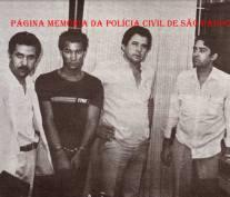 """2ª Delegacia da DISCCPAT- DEIC (Kilo), década de 80. Investigador Osmar; um indiciado; Investigadores Ernane """"Bolacha, in memorian"""" e Jamiro Morera (acervo do Escrivão/ Investigador Mandruca Filho)."""