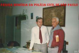 Escrivão Ivo Leonardelli e o Chefe dos Investigadores do 35º DP da 2º Delegacia Seccional do DECAP, Paulo Rios, em 1.998. (Acervo do Escrivão Rodomil Oliveira).