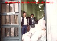 """Apreensão de 2 toneladas de """"maconha"""". Na porta do Palácio da Polícia, na Rua Brigadeiro Tobias, 527, os Delegados Ruy Ferraz Fontes (assistente da 2° DISE) e Marco Antonio P. Novaes Paula Santos (Titular da 2ª DISE), com os sacos com a droga apreendida."""