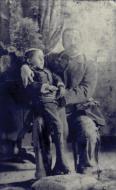Fotografia mortuária de criança 1897. Na foto um pai segura seu filho morto para sua última foto antes do sepultamento, para futura recordação. Prática que caiu em desuso na atualidade era muito comum até as primeiras décadas do século 20.