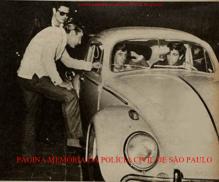 """Operação policial da DRA- Delegacia de Roubo de Automóveis do antigo DI- Departamento de Investigações, """"Kilo"""", comandada pelo Delegado Titular Alípio Flores, no bairro do Morumbi, no combate das manobras de veículos conhecidas como """"roleta russa"""" praticadas pelos """"playboys"""", em outubro de 1.962. Os saudosos Investigadores Hilkias de Oliveira e Laerte São Bernardo (óculos). Roleta russa era uma prática ilícita de dirigir veículos, consistente em trafegarem em via pública, principalmente na rua Augusta e no Bairro do Morumbí, em alta velocidade com dois veículo emparelhados, atravessando faróis vermelhos e vias preferencias, muitas vezes causando acidentes de trânsito com vítimas fatais. Quando abordados pela polícia, os """"play boys"""" reagiam e muitas vezes com disparos de armas de fogo."""