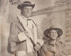 O Delegado de Polícia Paulo Bonchristiano, quando jovem, vestido de George Washington, ao lado do colega Júlio Cesar Silvestre Neto, em uma comemoração do 4 de julho nos Estados Unidos.