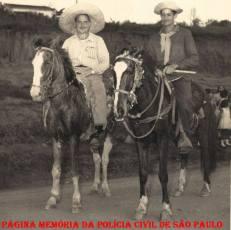 Sub- Delegado Custódio Soares (a esquerda) procedendo ronda à cavalo no Bairro dos Pimentas- Guarulhos. Década de 50. Tio dos Delegados Paulo Roberto de Queiroz Motta e Nelson de Queiroz Motta (Atual Delegado Titular do 4º DP de Guarulhos- Bairro dos Pimentas.