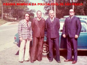 """Alunos do Curso do concurso DP- 01/1.976, da ACADEPOL. Delegados Odair Grilo, Antonio Vidal """"in memorian"""", Milton Chiaparine e o saudoso Durante."""