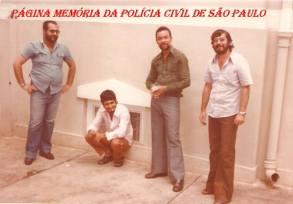 """Escolta da Polícia Civil de presos para depoimento no Forum de Botucatu, em 1978. À partir da esquerda, Investigador Vagner M. Franco, preso (algemado), preso (algemado) e investigador Martinho """"in memorian""""."""