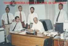 Delegados Titulares da Seccional de Bragança Paulista, em 1.994. À partir da esquerda, de pé, Delegados Luiz Benedito Roberto Torricelli (2º DP), Paulo Roberto de Queiroz Motta (DIG), João Valle da Silva Leme (DISE) e João Batista Fratini (CIRETRAN). Sentados, Marcelo Fábio Vita (1º DP) e Djahy Tucci Junior (Seccional).