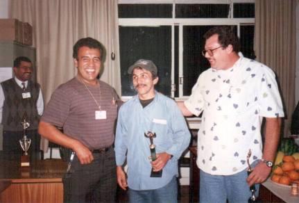 """Equipe da antiga Divisão de Homicídios do DEIC, quando receberam o troféu da equipe que mais produziu no mês, com o Delegado de Polícia Euclides """"in memorian"""", e Investigadores Osvaldinho, Brício e Mario Giannini """"Marião, in memorian"""", na década de 80."""