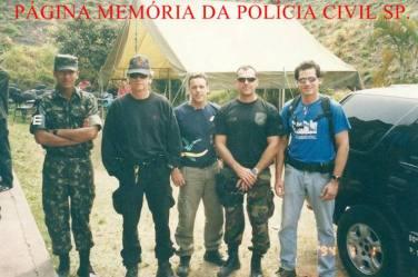 """Dia do Exército Brasileiro, 19 de abril. No regimento do EB em Osasco, em meados dos anos 2.000. À partir da esquerda, soldado da Polícia do Exército; os Investigadores Antonio Fernandes Martins """"Rambo"""", Caique Navas, o saudoso Gianfranco Cavallanti Junior e o Delegado de Polícia Flávio."""
