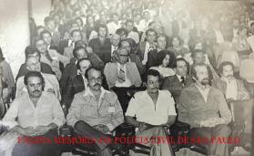 """Iº Congresso Estadual de Investigadores de Polícia do Estado de São Paulo, de 26 a 30 de novembro de 1.979, no Audutório SENAC, na Rua Dr. Vila Nova- Vila Buarque SP/SP. Na fila da frente, a partir da esquerda, Investigadores o saudoso Ernesto Nogueira, Cypriano dos Santos, Wldemar Artone """"Capeta"""", (?) e (?)."""