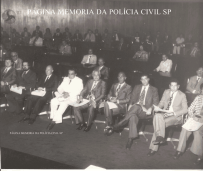 Homenageados com a Medalha Anchieta em 1976: Da esquerda para a direita: Delegados de Polícia, 1- ?, 2- Expedito Marques Pereira, 3- Walter Gibelo Gatti, 4- Getulio Paelo Prado (na época Titular da 1ª Delegacia de Roubos- DEIC, 5- Fábio Ademur da Mota Sampaio 6- (?), 7- Fernando Dino Aprille, 8 - Investigador Paulo Gentil ( Delegado aposentado, hoje exercendo a advocacia). Atrás do Paulo Gentil à direita de óculos, o Investigador Octacílio Augusto.
