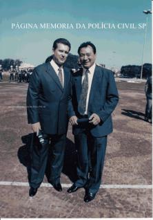 À direita, o então Investigador de Polícia Oscar Matsuo, ao lado do empresário Berardino Fanganiello proprietário da Empresa de Segurança GP, recebendo Medalha de Amigo do Exercito na 2a Região, anos 90.