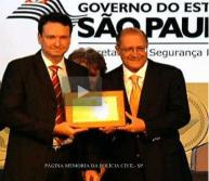 Delegado de Polícia Neto Godoy Pereira, sendo homenageado pelo Governador Geraldo Alckimin.