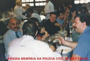 Escrivães Rodomil Oliveira, Ivo Leonardelli e policiais do 35º DP, em almoço de confraternização na correição da 2ª Seccional Sul, na década de 90.