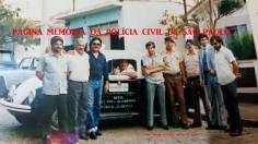 """Entrega de viatura VW Sedan """"Fusca"""" à Delegacia de Polícia do Município de Joanópolis, na década de 80. À partir da direita, Investigador Lineu Cuoco, Delegado Ferraz; PMs; Investigadores Delvechio, (?), """"Toró"""", (?) e (?)."""