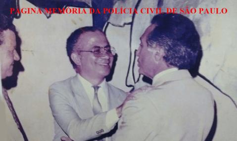 """5 de Novembro - Dia do Escrivão de Polícia. Na foto, o atual Presidente do nosso País, Michel Miguel Elias Temer Lulia, quando Secretário de Segurança Pública do Estado de São Paulo, sendo cumprimentado pelo Professor Jarim Lopes Roseira, """"O Príncipe dos Escrivães"""", no início da década de 80. https://www.facebook.com/MemoriaDaPoliciaCivilDoEstadoDeSaoPaulo/photos/a.320169741438937.1073741826.282332015222710/1030661993723038/?type=3&theater"""