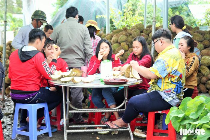 Ăn Sầu Riêng nhả hạt tại chổ đang thu hút hàng ngàn thực khách đến đây tham quan thưởng thức