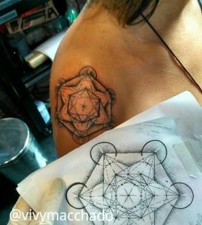 Tatuagem-feminina-metatron-vivymacchado-estilodevida