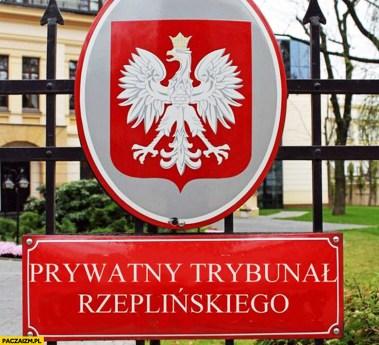 prywatny-trybunal-rzeplinskiego-napis-tabliczka-konstytucyjny
