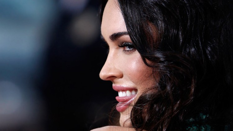 Megan Fox sexy smiling 1024x576