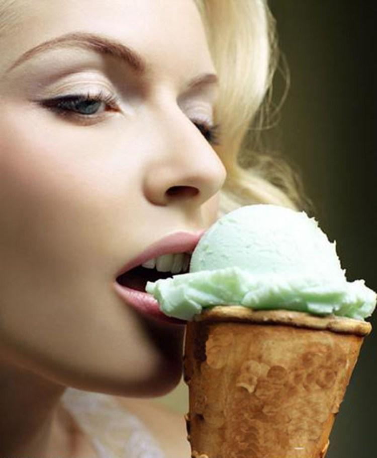 Sensual Kiss for a green Ice Cream 900x