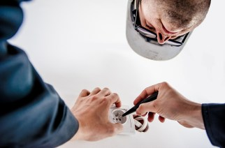 The Pros and Cons of Finding An Electrician Online
