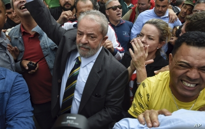 Former Brazilian President Luiz Inacio Lula da Silva, center left, is greeted by supporters as he arrives to the Federal Justice building in Curitiba, Brazil, May 10 2017.