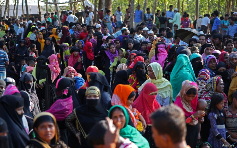 Rohingya refugees line up to receive humanitarian aid in Kutupalong refugee camp near Cox's Bazar, Bangladesh, Oct. 23, 2017.