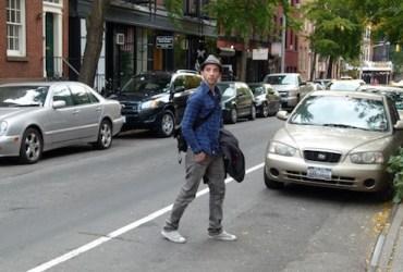 Cooler Streetstyle direkt aus New York. Der Look besteht aus einer grauen Skinny Jeans und einem Holzfäller Hemd. Der Hut kommt noch on top.
