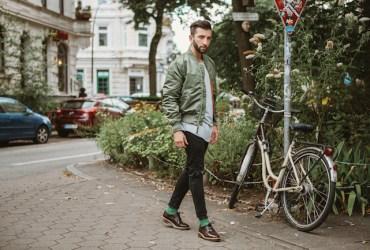 Angesagte Alpha Jacke für Männer. Mit dieser Bomberjacke in einem coolen khaki-grün ist euer Street Look perfekt.