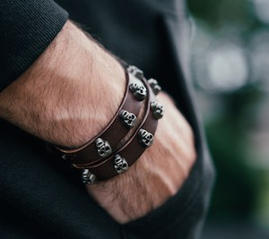 Cooles Lederarmband für Herren mit Totenkopf-Muster. Das perfekte Herrenarmband für Street Looks.