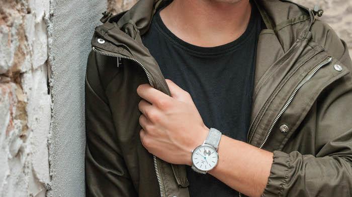Stylische Herrenuhr mit einem Armband aus Filz von Makelos. Passen sowohl zu Männeroutfits für Büro und Freizeit.