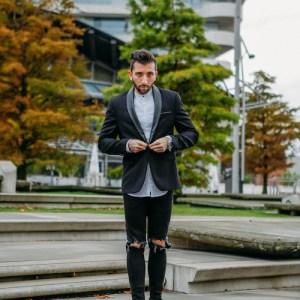 Stylisches Männer Silvester Outfit kombiniert aus Sakko und Chelsea Boots.