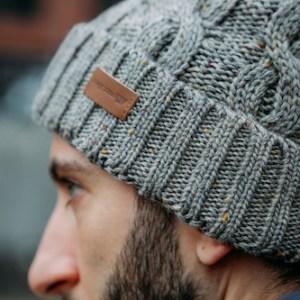 Warme graue Strickmütze von J.Jayz. Perfekt für jeden Winter Look.