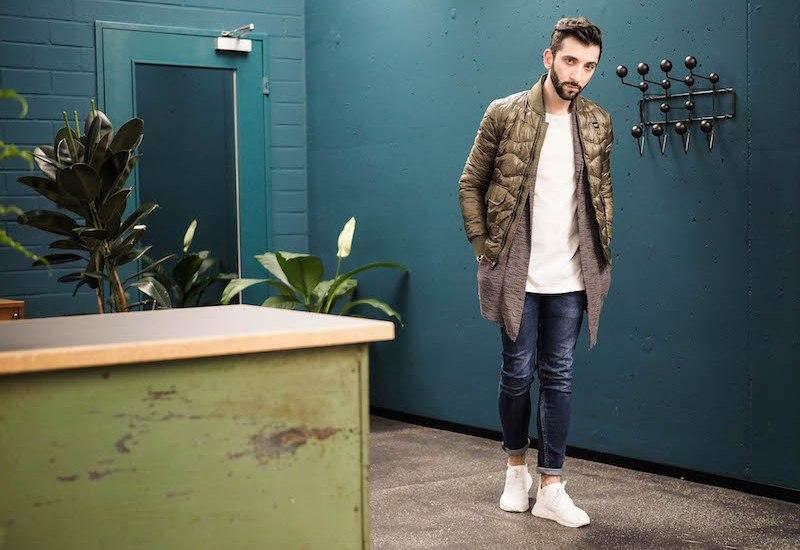 Cooler Herren Steppjacke in khaki grün. Die Steppjacke in Kombination mit einer langen STrickjacke ist der perfekte Übergangslook.