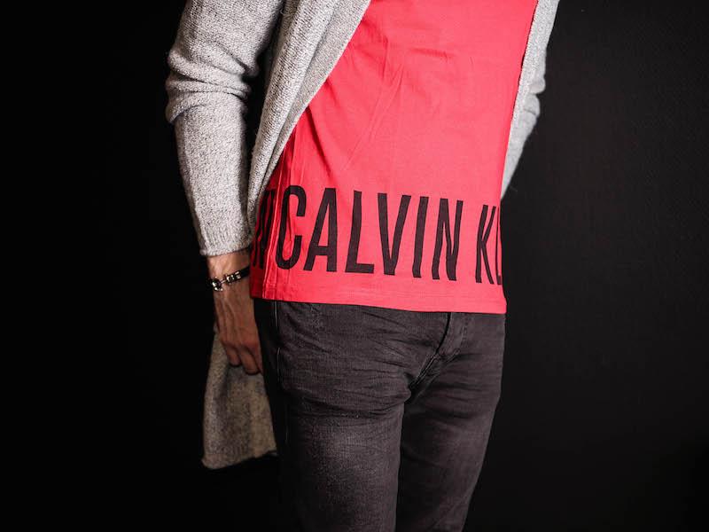 Mit dem Calvin Klein Shirt in rot styled ihr den perfekten Herren Frühlingsoutfit.