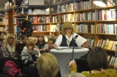 """Brigitte Eberbach bei der Lesung """"Aufbrüche und Umbrüche"""" in der Buchhandlung am Amtshaus."""