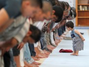 Dijete ispred safa u namazu