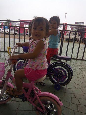 Azka dan Kenzie (dua putri penulis artikel ini) sedang bermain sepeda di Dataran Engku Putri Batam.