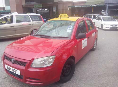 Taksi merah yang ada di luar gedung Pelabuhan.